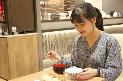夜の温かいご飯とお味噌汁のサービス